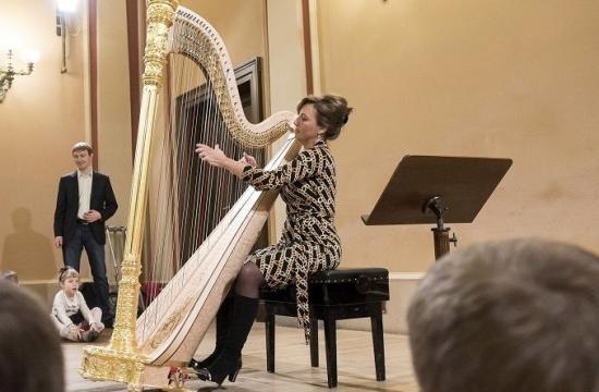 Jana Boušková ve edukačním programu Rudolfinek – Hravá harfa