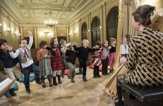 Jana Boušková v edukačním programu Rudolfinek – Hravá harfa