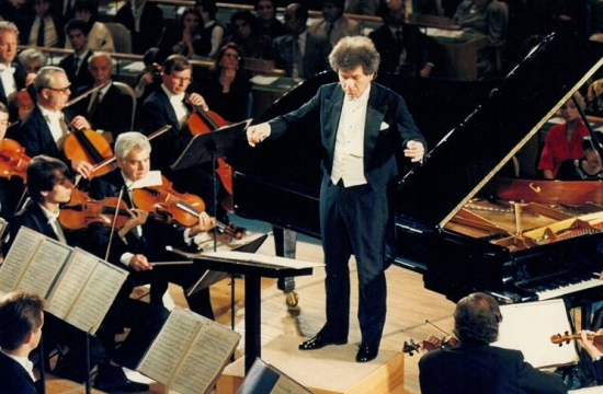 Jiří Bělohlávek diriguje koncert vUnited Nations General Assembly vříjnu 1990