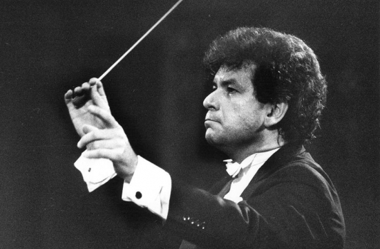 Jiří Bělohlávek řídí koncert Pražského jara vkvětnu 1990